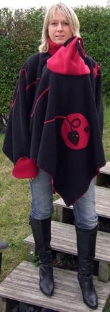 DSCF3639 poncho noir rouge dos -web petit